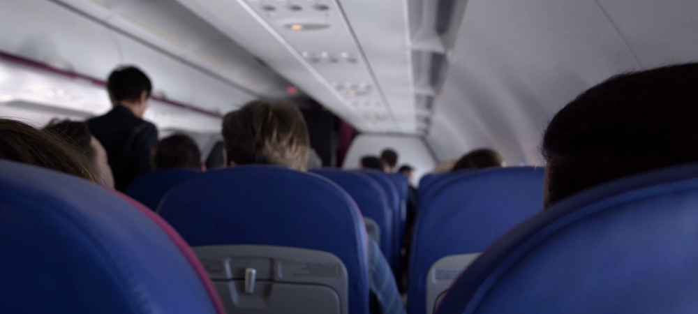 Imaginea anului in sport! Cine a fost surprins intr-un avion low-cost care a plecat de la Londra! Toti pasagerii au ramas masca