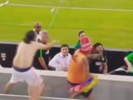 Imagini SOCANTE de pe stadion cu una dintre legendele fotbalului! Si-a pierdut cumpatul si i-a dat un PUMN unui fan! VIDEO