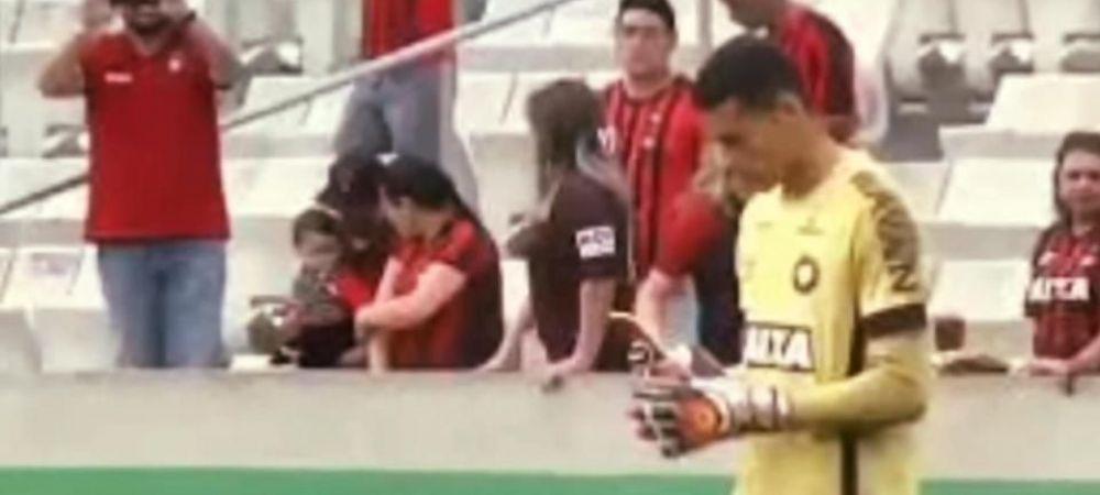 Un portar brazilian si-a scos telefonul mobil in timpul meciului... si a chemat Uber! Ce s-a intamplat imediat dupa gestul sau