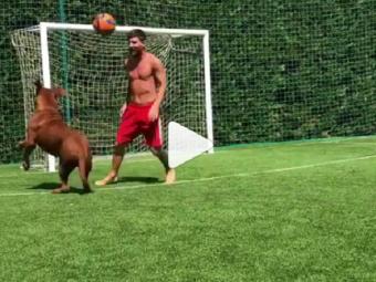 """Cum il terorizeaza Messi pe uriasul Hulk, in curtea casei, si reactia amuzanta a copiilor lui: """"E bun tati"""" // VIDEO"""