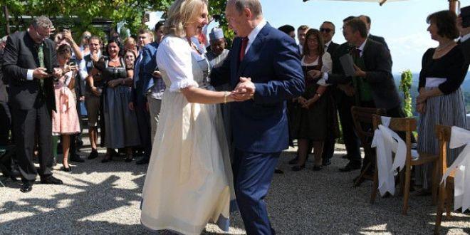 Momentul in care Vladimir Putin a dansat cu Karin Kneissl. Mesajul scris pe masina miresei
