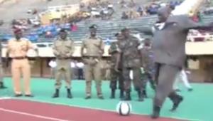 Ministrul sportului din Uganda a devenit cunoscut in TOATA lumea! Ce a facut inaintea unui meci :)))