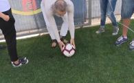 Gigi Becali, gata sa intre si el pe teren :)) S-a oprit in timpul interviului sa dea un sut in minge! Unde a trimis mingea VIDEO