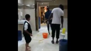 Gest INCREDIBIL! Un jucator de 100 de milioane a fost surprins curatand WC-uri intr-o moschee! Imaginile care fac inconjurul planetei