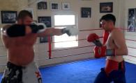 """Un """"bombardier"""" de 150 de kilograme se bate cu un boxer de 70kg. Meciul dureaza foarte putin"""