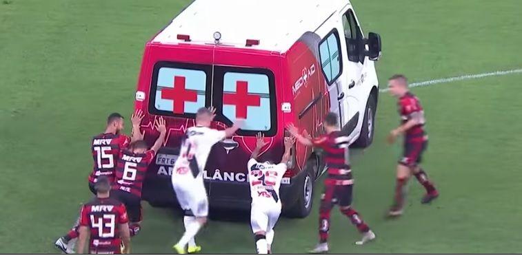 VIDEO   Ambulanta s-a stricat pe teren! Jucatorii s-au mobilizat imediat: meciul s-a reluat dupa cateva minute