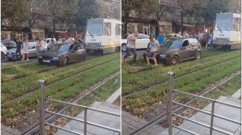 Ce a patit un sofer care a incercat sa fenteze traficul din Bucuresti pe sina de tramvai. VIDEO