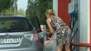 VIDEO Soferia, bat-o vina! Cele mai tari gafe ale femeilor in benzinarii
