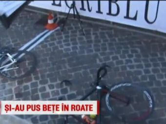 Au schimbat spitele pe spituri :)) VIDEO | Doi ciclisti s-au luat la bataie in timpul cursei si au fost la un pas sa fie calcati de masina organizatorilor