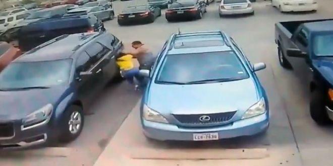 Imagini șocante. Motivul pentru care o femeie și un bărbat s-au luat la bătaie într-o parcare