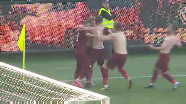 S-au dus in fata suporterilor de la U Cluj, si-au dat tricourile jos si au inceput sa URLE! Momente incredibile dupa CFR - U Cluj