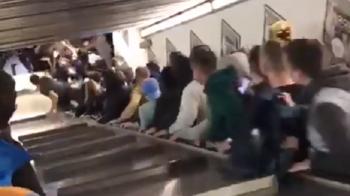 """Scene cumplite la metroul din Roma! O scara rulanta s-a stricat si a """"luat-o la vale"""" cu cateva zeci de suporteri ai lui CSKA. VIDEO"""