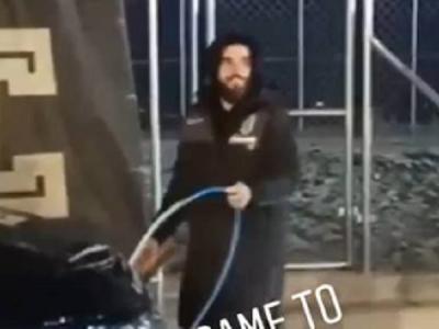 Baiatul patronului de la PAOK, pistol cu apa :) Cum a fost surprins dupa ce a pierdut un pariu la ultimul meci