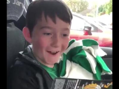 VIDEO: Reactia de nepretuit a acestui copil cand afla ca azi pleaca in Germania, la meciul echipei sale favorite