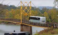 Imagini infricosatoare! Cum se indoaie un pod sub rotile unui autocar urias. Soferul a ignorat limita de greutate. VIDEO