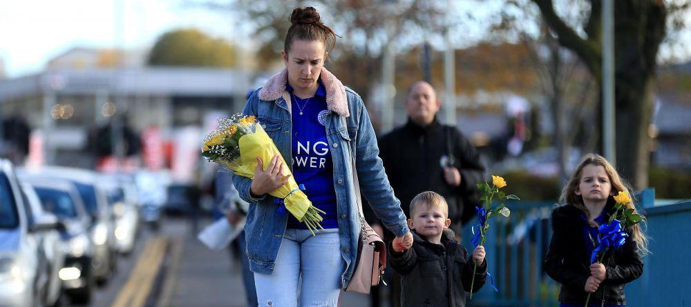 GALERIE FOTO   Fanii lui Leicester au creat un adevarat altar la stadion: Imagini EMOTIONANTE dupa accidentul de elicopter in care si-ar fi pierdut viata patronul clubului