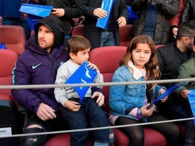BARCA - REAL MADRID | Cu sapca, geaca si gluga in cap! :) Cum a venit Messi imbracat pe Camp nou pentru El Clasico