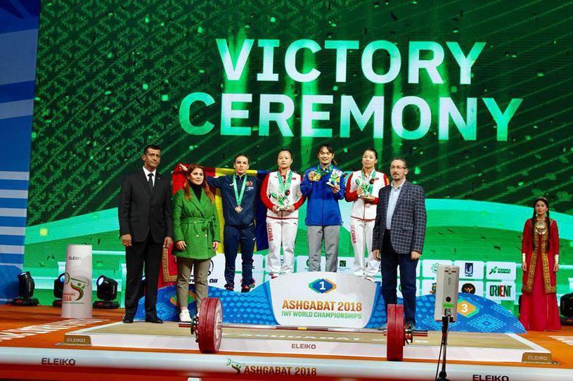 Gafa vestimentara facuta de Ministrul Sportului la Mondialele de Haltere! Cum a urcat pe podium alaturi de sportiva care a luat medalia de bronz