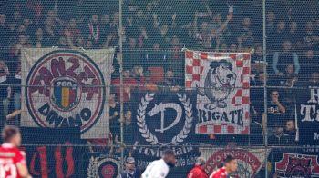"""""""Femei, pacanele si Instagram"""". Ultrasii lui Dinamo nu i-au iertat pe jucatori si au mers la Voluntari """"inarmati"""" cu bannere. Ce au scandat"""