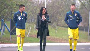 Surpriza pentru jucatorii nationalei: Monica Barladeanu i-a vizitat in cantonament inaintea meciurilor cu Lituania si Muntenegru! Ce cadou i-au facut jucatorii