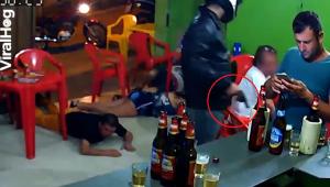 Imagini ireale intr-un bar! Ce face barbatul din dreapta in timp ce un motociclist jefuieste barul - VIDEO