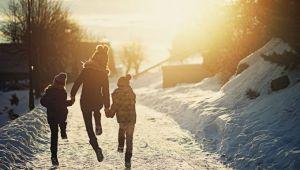 Primele scoli inchise din cauza ninsorii. Elevii nu vor merge nici marti la ore