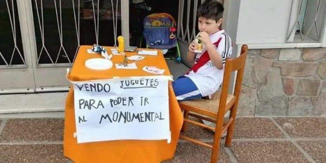 Tu cat de mult iti iubesti echipa?! Imaginea zilei: la 6 ani, un pusti si-a scos jucariile la vanzare pentru a merge la finala Copei Libertadores!
