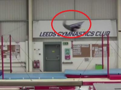 A intrat in Cartea Recordurilor! Acest gimnast a uimit lumea: a zburat 6 metri, de la o bara la alta! VIDEO