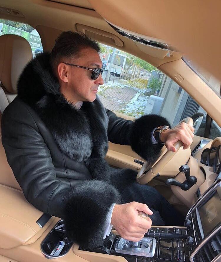 Ilie, Ilie, blana sa fie :)) Aparitie senzationala a lui Ilie Dumitrescu! Ce haina si-a luat pentru a se feri de gerul de afara