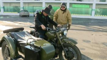 """Moment FABULOS la conferinta de presa a unei echipe din Liga 1! Primarul si-a prezentat noua achizitie in direct: o motocicleta de colectie: """"Sa inceapa razboiul!"""" VIDEO"""