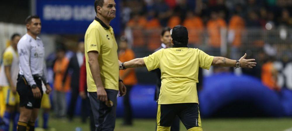 Diego Maradona si-a iesit din minti! A imbrancit un jurnalist, s-a certat cu arbitrul si a primit cartonasul rosu: Scene incredibile pe teren