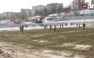 """Asa ceva vezi doar in Romania! Imagini """"apocaliptice"""" de la meciul Rapidului cu Cernavoda: Cum arata gazonul si solutia gasita de suporteri pentru a urmari partida"""