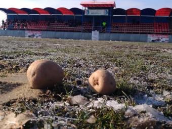 """Protest la un meci din Romania: Gazon peticit cu nisip si cartofi pe teren: """"Asa jucam in zi de Centenar""""   FOTO"""