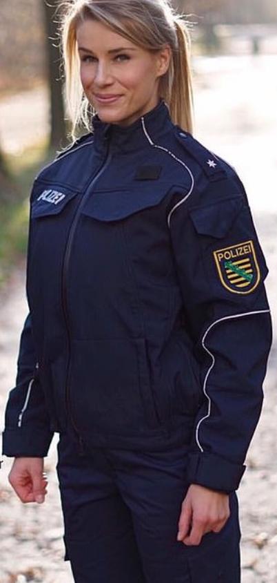 Ce i-au facut sefii celei mai sexy politiste din Germania: