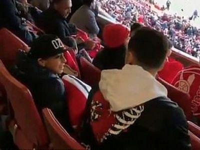 """Salut, pot sa stau si eu langa tine?"" Ozil i-a facut cel mai tare cadou unui copil! Cum a reactionat VIDEO"