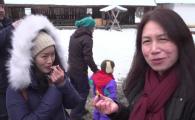 Reactia unor turiste din China cand mananca o ureche de porc parlita