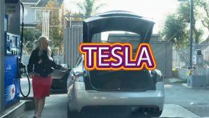 VIDEO Ce cauta blonda cu Tesla la benzinarie?
