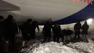 O echipa de rugby din Anglia a venit sa joace in Romania. Jucatorii au ajuns sa-si deszapezeasca singuri avionul si terenul