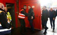 FOTO 13 sezoane si 253 de goluri, dar nu a scapat! Wayne Rooney, controlat la intrarea pe Old Trafford. FOTO