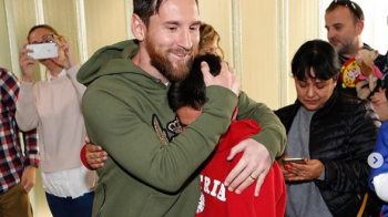 Povestea emotionanta din spatele acestei fotografii! Cine e pustiul care plange in bratele lui Leo Messi