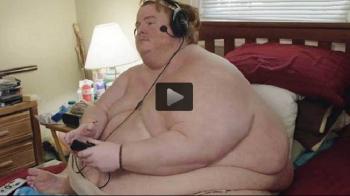 Cazul extrem al unui baiat obsedat de jocuri video: a ajuns la 317 kg si e blocat in casa! VIDEO