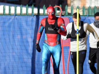 Aparitie surpriza la antrenamentul lui Leicester! Spider-Man s-a pregatit cot la cot cu jucatorii! Fotbalistul care se ascundea in spatele mastii!