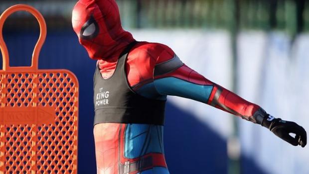 """Campionul din Premier League care a aparut deghizat in Spiderman la antrenament: """"Nu ne mai mira nimic, ne asteptam la orice din partea lui!"""" :)"""