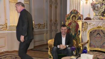 """HORA LA FCSB   Moment incredibil la prezentarea lui Hora la FCSB! Becali s-a ridicat imediat cand a aflat cum il cheama: """"Poftim, sa-ti poarte noroc!"""""""