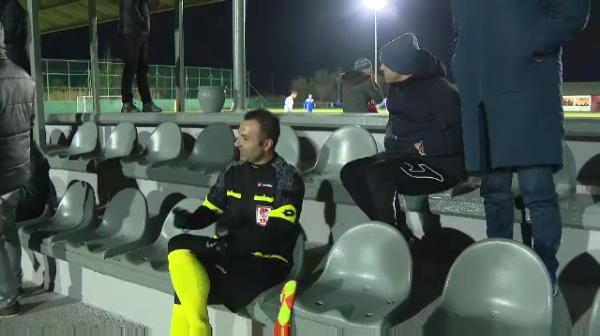 """""""Water? Ceai? Tea? O fata?!"""" :)) Contra a facut show la meciul lui Dinamo! Cum a incercat sa-l """"corupa"""" pe arbitru"""