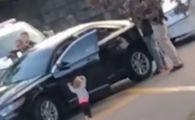 Imagini virale. O fetiță de 2 ani, desculță, cu mâinile ridicate în fața unor polițiști
