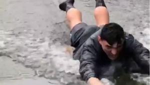 Nu s-a putut abtine: Keseru s-a aruncat ca un copil intr-o balta de pe teren :) VIDEO