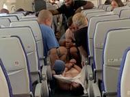 Pasager violent legat la mâini și picioare de ceilalți călători. Avionul s-a întors din drum