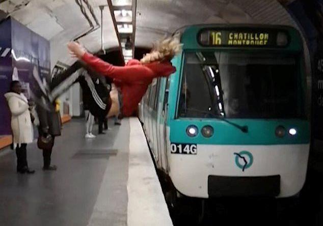 Aproape de o noua tragedie la metrou! Calatorii au inghetat cand au vazut ce vrea sa faca acest tanar pe peron: cum s-a terminat totul