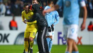 A intrat pe teren la Malmo-Chelsea, l-a luat in brate pe Hazard si nu a mai vrut sa-i dea drumul! Ce s-a intamplat apoi: reactia lui Hazard l-a salvat
